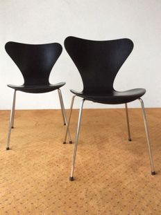 "Prof. Arne Jacobsen for Fritz Hansen – set of two ""Butterfly"" seats, model 3107, from the Series 7."
