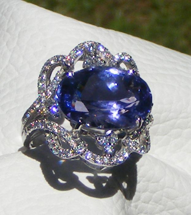 18kt gold ring with Diamonds and exceptional IF D Block Tanzanite of 12.06 ct - GIA certificate - Size 54