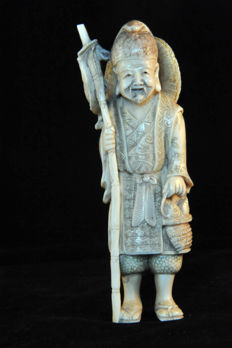 Ivory okimono depicting a fisherman – Japan – around 1900.