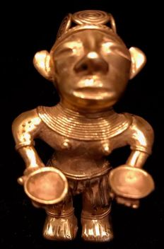 Tumbaga Gold Precolombino - 70  x 41 x 41 mm , 46,50 grs   Indian native offerent woman with a bowl in each hand