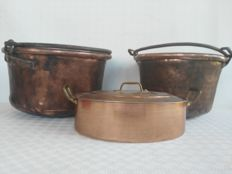 Lot consisting of two ancient very heavy pots and an oval cooking pot with lid, new, made of copper - Italy