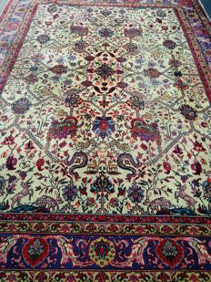 Magnificent oriental carpet, hand-knotted.