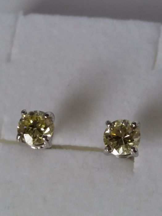 Earrings with brilliant cut diamonds (0.90 ct, colour M, clarity VS1)