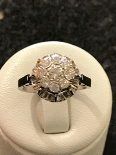 18 kt/750 white gold ring with 9 Top Wesselton diamonds – size 53.