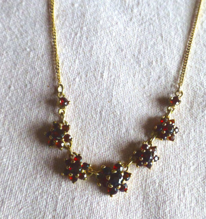 Necklace with garnet blossoms, a necklace and pendant made of 333 / 8 kt gold