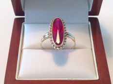 Yellow gold ring of 14 kt set with an oval facet cut ruby of approx. 4.15 ct. Pigeon blood red, VVS