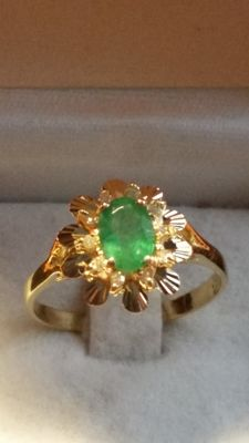 Gold ring (18 kt) and diamonds (0.20 ct) with emerald (1.2 ct) – 2.5 x 2 x 0.3 cm ***no reserve price***