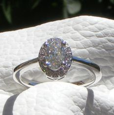 Ring in 18 kt white goldset with 4 large diamonds of .15 ct each and very brilliant diamonds of VS for a total of 0.92 ct - Size 52 - No reserve price.
