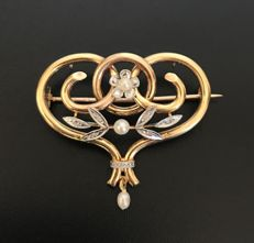 Brooch pendant, 19th century, two-colour 18 kt gold, adorned with fine pearls and diamond roses