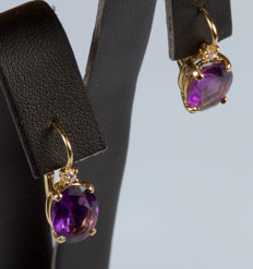 Earrings in 18 kt yellow gold with amethysts and diamonds, 0.07 ct.