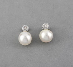 White gold (18 kt) – Long earrings – Brilliant cut diamonds – South Sea Australian pearls – Earring height: 10.70 mm