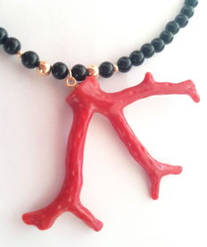 Branch coral and onyx bead necklace, 585 gold clasp and dividing beads - length: 50 cm