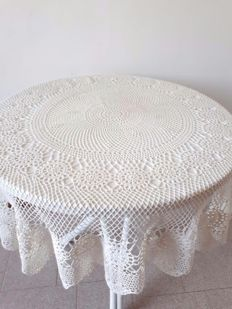 Fine hand-crocheted tablecloth - Italy - 60s