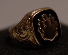 Solid crest ring made from 14 kt gold with onyx - 20.5 mm