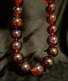 Large amber necklace from Sumatra. Fluorescent red/blue, 100% natural. 136 grams. No reserve price.