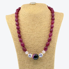 18k/750 yellow gold - Necklace with rubies, agate, rose quartz and porcelain - Length,  57cm.