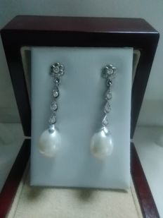 Earrings made of 18 kt white gold with Akoya pearls and diamonds