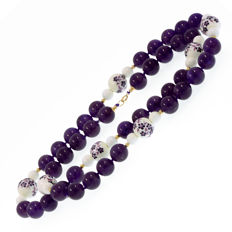 18k/750 yellow gold necklace with amethysts, white coral and porcelain - Length, 79 cm.