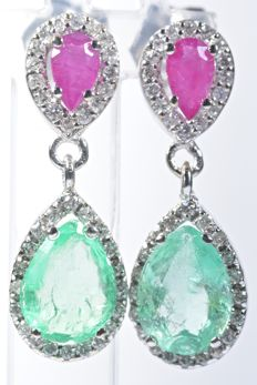 18 kt White gold earrings with 72 GH-SI diamonds weight 0.28 ct, 2 natural colour A emeralds weighing 1.95 ct and 2 natural colour A rubies weighing 0.55 ct.  Length: 21.60 mm. No reserve price.