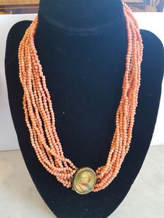 Torsion coral necklace
