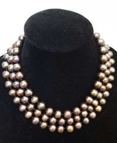Long necklace composed of freshwater cultured coffee coloured pearls – Length 140 cm.