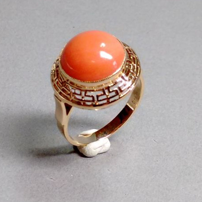Ring in 14 kt rose gold with large Mediterranean coral – ring size: 57