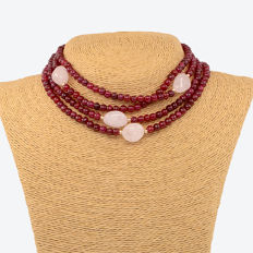 18 kt/750 yellow gold – Long necklace composed of rubies and rose quartz – Length: 146 cm