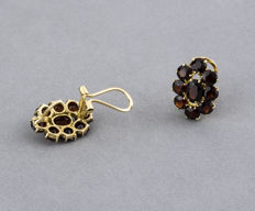 18 kt yellow gold – flower design earrings – garnets – earring height: 15.50 mm