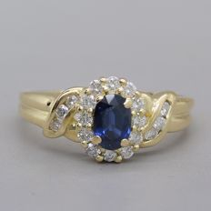 Yellow gold ring with 1.00 ct of natural sapphire and brilliant cut, F - G / fine white diamonds.