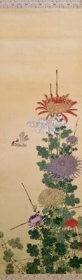 'Sparrow and chrysanthemums' detailed large handpainted scroll painting on cloth, incl. old scroll box (205cm) - sealed and signed - Japan - ca. 1920