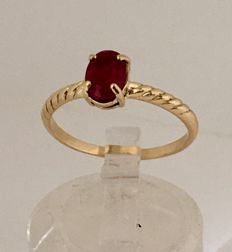 Cocktail ring made in Spain of 18 kt yellow gold with oval cut ruby of 1.24 ct and interior diameter 19 mm