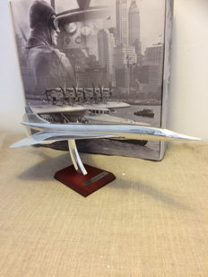 model plane concorde all metal, with wooden base