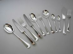 12-person / 124-part silver plated cutlery in wooden case, model Haags Lofje / rat tail, Davenport & Sullivan Sheffield