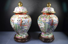 Two handmade Chinese pots with hand-painted decorations in relief - China - Second half 20th century