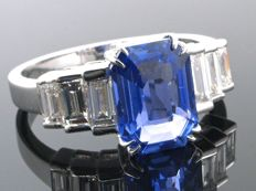 Magnificent ring with unheated Ceylon sapphire and diamonds of 4.37 ct - IGI certificate - Size 55