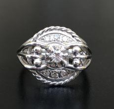 Filigree dome ring from the Art Deco period, in 18 kt grey gold, decorated with sublime brilliant-cut diamonds