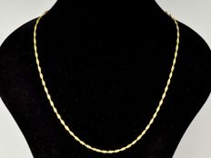 18 kt gold. *Singapore* chain. Length: 50 cm. No reserve price.