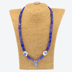 18k/750 yellow gold necklace with sapphires, kyanite and porcelain - Length: 53 cm