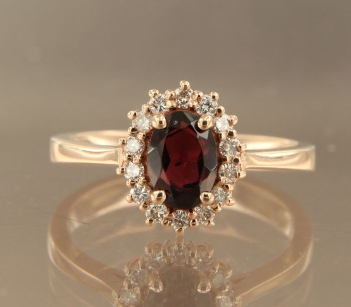 Red gold 14 kt rosette ring with garnet and an entourage of brilliant cut diamonds, ring size 16.5 (52)