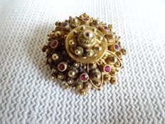 14 karat gold regional brooch for the traditional, male costume of Walcheren (Zeeland, the Netherlands), with red glass stones.