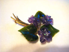 Gold (14 kt) brooch, flower bouquet consisting of amethyst flowers with jade leaves and 3 opals - circa 1950