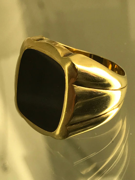 Solid 14 kt gold men's vintage ring with onyx