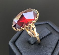 Luminous antique ring in a Baroque style in 18 kt rose gold - decorated with a very large solitaire garnet of 11 ct.