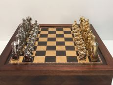 Jewellery chess of Quixote for its 500th anniversary with box-board made of oak and beechwood.