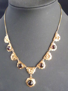 Gold necklace, set with garnet