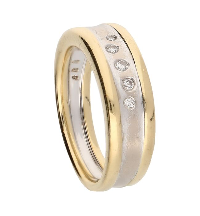 18 kt bi-colour, white / yellow gold ring, set with five brilliant cut diamonds. Ring size 18 mm, 9.4 grams.
