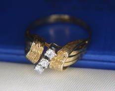 14kt. gold ring with 3 beautiful brilliant cut natural diamonds in Excellent state