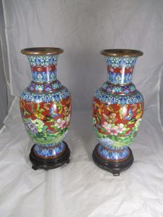 A pair of exceptional vases in cloisonné on a wooden base - China - Second half 20th century