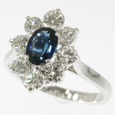 Vintage engagement ring with one big natural sapphire and 8 brilliants - 1970