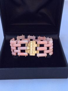 Bracelet in top quality pink coral and 18 kt yellow gold (7 g) – hand-crafted – length 18 cm – width 27 mm – total bracelet weight 25 g